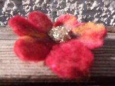 Gold and red flower. Hand made felted brooch and hair clip Flower Brooch, Red Flowers, Hair Pins, Brooches, Maya, Recycling, Felt, Gifts, Handmade