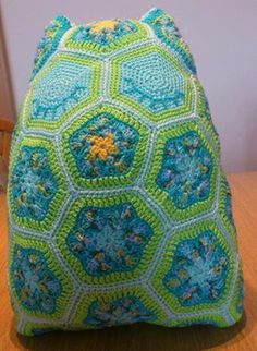 Eule aus African Flowers, 6-eckig und 5-eckig! Flower Granny Square, African Flowers, Macrame, Blanket, Knitting, Crochet, Knitted Animals, In Love, Owls