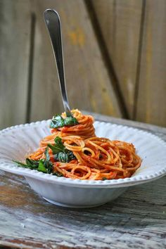 Nincs itt kérem szépen semmi látnivaló, mindenki OSZOLJON! Na jó, kivéve azokat, akik szeretik a paradicsomos spagettiket. Ami itt most következik, abban tényleg nincs semmi extra, semmi furmány, egyszerűen csak a kedvenc spagetti receptem, amit akkor szoktam elkészíteni, amikor csak 10 percet szeretnék rászánni a vacsira egy zúzósabb nap után.