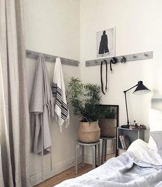 Underbara sovrumsdetaljer. Enkla hängare i grått, behöver inte vara svårare än så☝️ @fouremptywalls