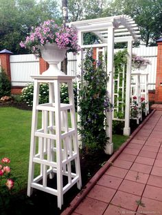 Formal Garden Designs and Ideas Have you ever really thought about how many people see the outside of your home? Small Garden Fence, Boxwood Garden, Obelisk Trellis, Garden Trellis, Formal Gardens, Outdoor Gardens, Backyard Patio, Backyard Landscaping, Building A Trellis