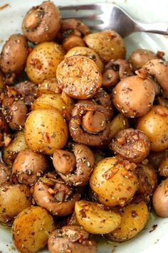 Pan Roasted Garlic Mushroom And Baby Potatoes. A buttery dish of pan-roasted Garlic Mushroom and Baby Potatoes with herbs. So simple and very easy to make with elegant results that make for a delicious side or appetizer. Baby Potato Recipes, Recipes For Potatoes, Potato Dishes Easy, Baby Potato Salad, Potato Diet, Healthy Potatoes, Low Carb Paleo, Vegetarian Recipes, Cooking Recipes