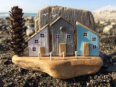 Автор @janeporoshina Деревушка у моря.. Работа свободна. •габариты 10*7 см •материалы: дрифтвуд, акрил, гвоздики, проволока, шишка #моревнутри #дрифтвуд #driftwood #driftwoodart #дрифтвударт #ilovesochi #diy #деревянныедомики