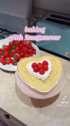 Strawberry Cupcakes, Strawberry Shortcake, Cake Decorating Techniques, Decorating Ideas, Crisco Recipes, Icing Frosting, Cute Desserts, Cake Designs, Vanilla Cake
