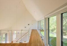 Galerie mit Ausblick zum Wald: moderner Flur, Diele & Treppenhaus von Möhring Architekten