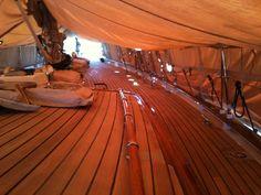 Cambio de goma o re-calafateado de cubierta de Teka.  re-caulking on teak deck.  Tema de nuestro proximo post en:  http://autoconstruccion.latiendanaval.es/