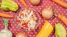 Způsobů, jakkonzervovat zeleninu, jespousta ačalamády patří ktěmnejlepším. Užijete donich zeleninu, kterou máte zrovna poruce, akdyž jisprávně naložíte, nemusíte jianizavařovat. Recept přinášíme naoběverze: zavařenou ijennaloženou. Fresh Rolls, Food Storage, Preserves, Pickles, Smoothie, Canning, Ethnic Recipes, Preserve, Preserving Food