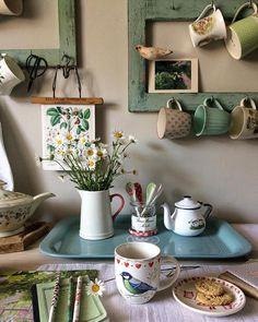 Vintage kitchen with mugs and ceramics - cottage kitchens Deco Design, Küchen Design, House Design, Design Ideas, Interior Design, Cottage Kitchens, Home Kitchens, Cottage Kitchen Shelves, Cozy Kitchen