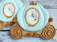 Cinderella Carriage Cookies Cinderella Wedding by Bakinginheels Fancy Cookies, Iced Cookies, Royal Icing Cookies, Custom Cookies, Cookies Et Biscuits, Sugar Cookies, Cinderella Sweet 16, Cinderella Birthday, Cinderella Wedding