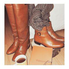 Automn's essentials ! Du brun, de l'ocre. Du bois,  des notes,  un thé... plaisirs d'automne légers. #boots #automne #autumncolors #sweetthings  #style #autumnstyle