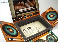 A proposta da embalagem, é para presentear amigos com CD's, e ao abrir, além de todo o design, ainda há uma mensagem que pode ser personalizada.    Quem não gostaria de ganhar um presente com uma embalagem dessa?    Designed by Kael Little