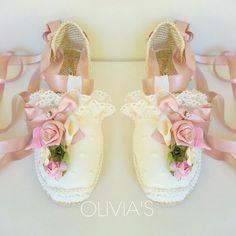 Alpargatas decoradas para comuniones, bodas y diferentes eventos Hot Shoes, Baby Shoes, Shoes Heels, Dream Wedding Dresses, Wedding Shoes, Fashion Shoes, Kids Fashion, Womens Fashion, African Dress