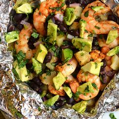 5 Incredibly Easy (And Healthy) Foil Packet Meals Foil package meal recipes Shrimp, black beans and pineapple Foil Packet Dinners, Foil Pack Meals, Foil Dinners, Foil Packet Recipes, Clean Eating, Healthy Eating, Dinner Healthy, Healthy Cooking, Healthy Food