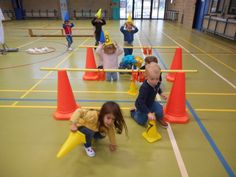 Bildergebnis für kleuterturnen Motor Activities, Activities For Kids, Gross Motor, Games For Kids, Basketball Court, Education, School, Creative, Images