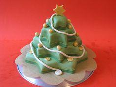 Tutorial di cake design: come realizzare una torta a forma di albero di Natale decorato in pasta di zucchero