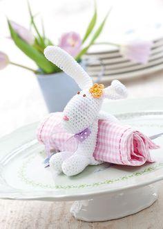 Eine Zierde für jede Tischdekoration zu Ostern ist dieser kleine Häkelhase in Form eines Serviettenrings. Anleitung Serviettenring Hase als PDF zum Gratis-Download