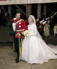 The Duke of Kent and Katharine Worsley on their wedding day: 8 June, 1961. Without doubt, one of my favourites. Note the utterly superb fit of the duke's uniform - and then compare it with the much stiffer, boxier version sported by the Duke of Cambrige fifty years later.