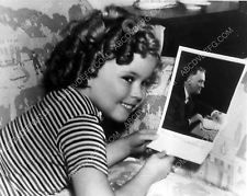 Pic Shirley Temple admires her picture of President Roosevelt 5611a-07