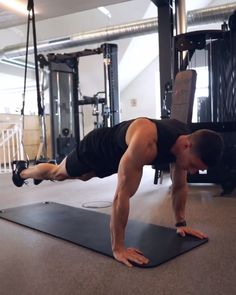 New week, new workout 🔥 hits up TRX core routine 🙌 Knee to Elbow Crunches Knee to Chest Crunches Side Plank with Hip Lifts Plank Perfect Fitness Ab Carver Pro Roller for Core Workout Workout Videos For Men, Abs Workout Video, Six Pack Abs Workout, Ab Workout Men, Plank Workout, Workout Fitness, Fitness Exercises, Dumbbell Workout, Trx Video