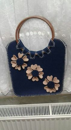 This Pin was discovered by Say Unique Handbags, Handmade Handbags, Cheap Handbags, Vintage Handbags, Handmade Bags, Felt Purse, Diy Purse, Japan Bag, Cat Quilt Patterns