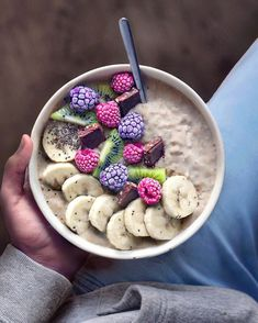 Warm breakfast bowls for cold mornings❄️😌 This oatmeal porridge bowl is topped with frozen raspberries, blackberries, kiwi, dark chocolate, banana slices and chia seeds!💕💜🍫Hope you are having a wonderful day✌🏽⭐️ Easy Healthy Breakfast, Best Breakfast, Breakfast Photo, Breakfast Bowls, Breakfast Recipes, Breakfast Fruit, Breakfast Ideas, Breakfast Porridge, Breakfast Pictures