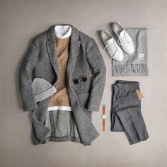 Camel is the perfect solution to add a dash of color to this all grey outfit relying mostly on texture contrast. By @thepacman82.