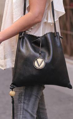Bolso de cuero negro con pastilla chinoise de marfil, de Valentino.