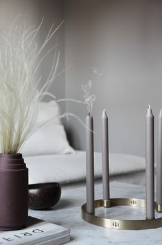 Grey candles, brass candleholder in the Norwegian Home of Elisabeth Heier. Scandinavian Interior Design, Diy Interior, Interior Styling, Interior Decorating, Coron, What Is Scandinavian, Scandinavian Christmas, Grey Candles, Norwegian House