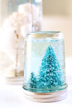 This easy snow globe tutorial by Julie Ann Art can be used for kids activities throughout the year! Switch the trees out with hearts, shamrocks, or Easter eggs and you have a fun craft to work on through the end of spring! Pot Mason Diy, Mason Jar Gifts, Diy Projects Using Mason Jars, Jar Crafts, Crafts For Kids, Homemade Snow Globes, Diy Snow Globe, Navidad Diy, Noel Christmas