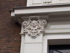 """Oude Delft 95  """"Patriciërshuis in 1717 - 1720 gebouwd in Lodewijk XIV-stijl. Van 1814 tot 1828 Artillerie- en Genieschool, daarna militair hospitaal tot 1842. Vanaf dat jaar achtereenvolgens in gebruik als hoofdgebouw van de Koninklijke Academie, Polytechnische School en Technische Hogeschool Delft, allen voorlopers van de Technische Universiteit Delft. Sedert 1960 in gebruik bij het internationaal onderwijsinstituut IHE."""