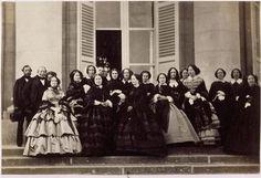 L'Impératrice Eugénie à Compiègne et les dames de la 3ème série de 1856 sur la terrasse du palais