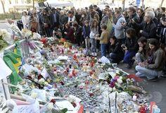 【2015.11.16 月曜日】【写真特集】犠牲者への追悼続く、パリ連続襲撃×仏パリの連続襲撃事件の現場の一つとなったコンサートホール「バタクラン」付近に集まった人たち(2015年11月15日撮影)。(c)AFP/MIGUEL MEDINA