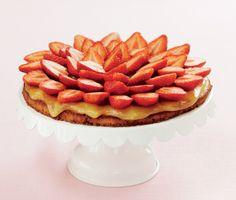 Midsommartårta med jordgubbar och hemmagjord lemoncurd gör midsommarfesten fulländad. Midsommartårtan är välsmakande, läcker och alldeles underbar. Servera gärna med en kula glass eller grädde.