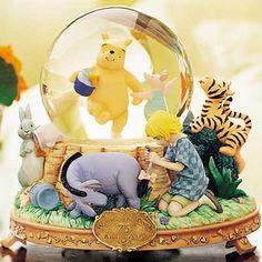 Disney Classic Winnie the Pooh Snow Globe