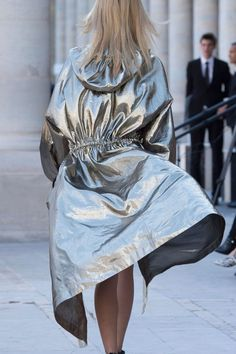 Metallic silk Namil trench by Isabel Marant at Paris Fashion Week Spring 2016 Fashion Week Paris, Metal Fashion, High Fashion, Womens Fashion, Looks Street Style, Outfit Trends, Rain Wear, Mode Inspiration, Isabel Marant