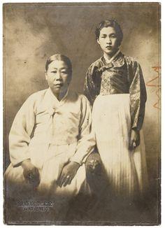 A Family  A Family, Geumgwangdang Photo Studio(Seoul), Gelatin Silver print, 13.3x9.4cm, 1920s