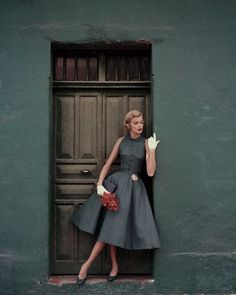 Model standing in a doorway wearing a dress by Heatherlane ✨ Glamour, 1955 📷 by Leombruno-Bodi Glamour Vintage, Vintage Beauty, 50s Glamour, 1950s Style, Vintage Outfits, Vintage Dresses, 1950s Dresses, 1950s Fashion Dresses, Vintage Clothing