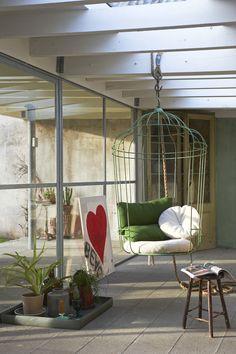 Met een hangstoel geef je het interieur een speelse twist. Verzamel kussens en een plaid en voilà je mag de voetjes van de vloer!