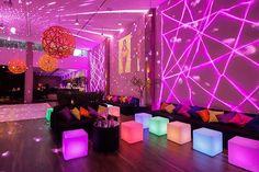 Que tal uma decoração neon e moderna para a festa de 15 anos? Dri Nardozza assina o conceito que é boa inspiração para quem quer fugir do clássico! Neon Birthday, 36th Birthday, 18th Birthday Party, Sweet 16 Birthday, Glow Party, Disco Party, Bar A Vin, Lounge Party, Barbie Party