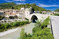 Fantastique vue sur le village de Nyons dans le département de la Drôme. Vous savez ce qu'il vous reste à faire ? Traverser ce joli pont !! #drome #nyons #pont #village #pont #location #vacances #france