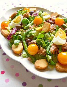 Oggi vi propongo un piatto veloce fresco perfetto per la primavera che ormai   ci abbraccia con il suo calore ovvero l' insalata nizzarda...