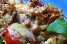 Och pastagratäng är god vardagsmat, som uppskattas av hela familjen. servera med en krispig sallad till, och toppa med vårlök. Du behöver till en form: Färdigkokad pasta 5-8 dl färdig köttfärsås Söta körsbärstomater Vårlök mozzarella Ostsås : 4 dl vispgrädde 100 gram mjukost med baconsmak (en sådan på tub / … Läs mer