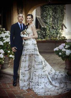 #Matrimonio #Eros #Ramazzotti e Marica Pellegrinelli con abiti della Maison Valentino. Per Marica un abito in tulle color pergamena, con bustier drappeggiato e gonna tutù che riproduce uno spartito