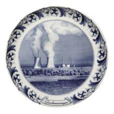 Atommeiler sind die Windmühlen unserer Zeit: Porzellan von Mia Grau und Andree Weissert.