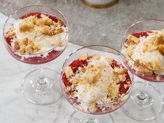 Superenkel och jättegod dessert med vaniljdoftande rabarberkompott, krossade småkakor och vaniljglass.