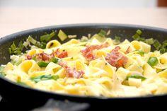 Noget af den bedste italienske mad er pasta med parmaskinke, der her er vendt i en lækker flødesauce, og krydret med friske basilikumsblade. Denne omgang pasta med parmaskinke har jeg lavet med pappardelle, der er en