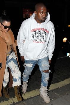 All of Kanye West's Best and Wildest Outfits - The Kanye West Look Book Photos Kanye West Outfits, Kanye West Style, Estilo Hip Hop, Yeezy Outfit, Mode Masculine, Mode Hip Hop, Moda Retro, Kim And Kanye, Men With Street Style