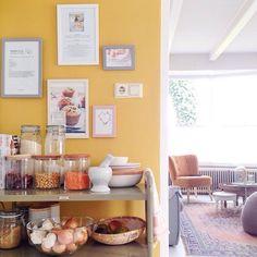 Gele wand in het huis van blogger Leonie Koenders | woonkamer ...