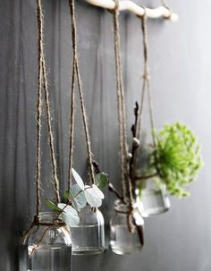 Fabriquer des soliflores suspendus via une branche, de la ficelle et des bocaux en verre