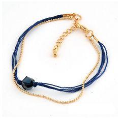 Dubbel armbandje bestaande uit een fijn goudkleurig bolletjesketting armbandje en een armbandje gemaakt van blauwe mouline met een mooie, facet geslepen glaskraal. Dit armbandje is heel leuk te combineren met diverse andere armbanden. Het armbandje heeft een lengte van 17 cm en heeft een verlengkettinkje van 3,5 cm. Zie afbeelding.
